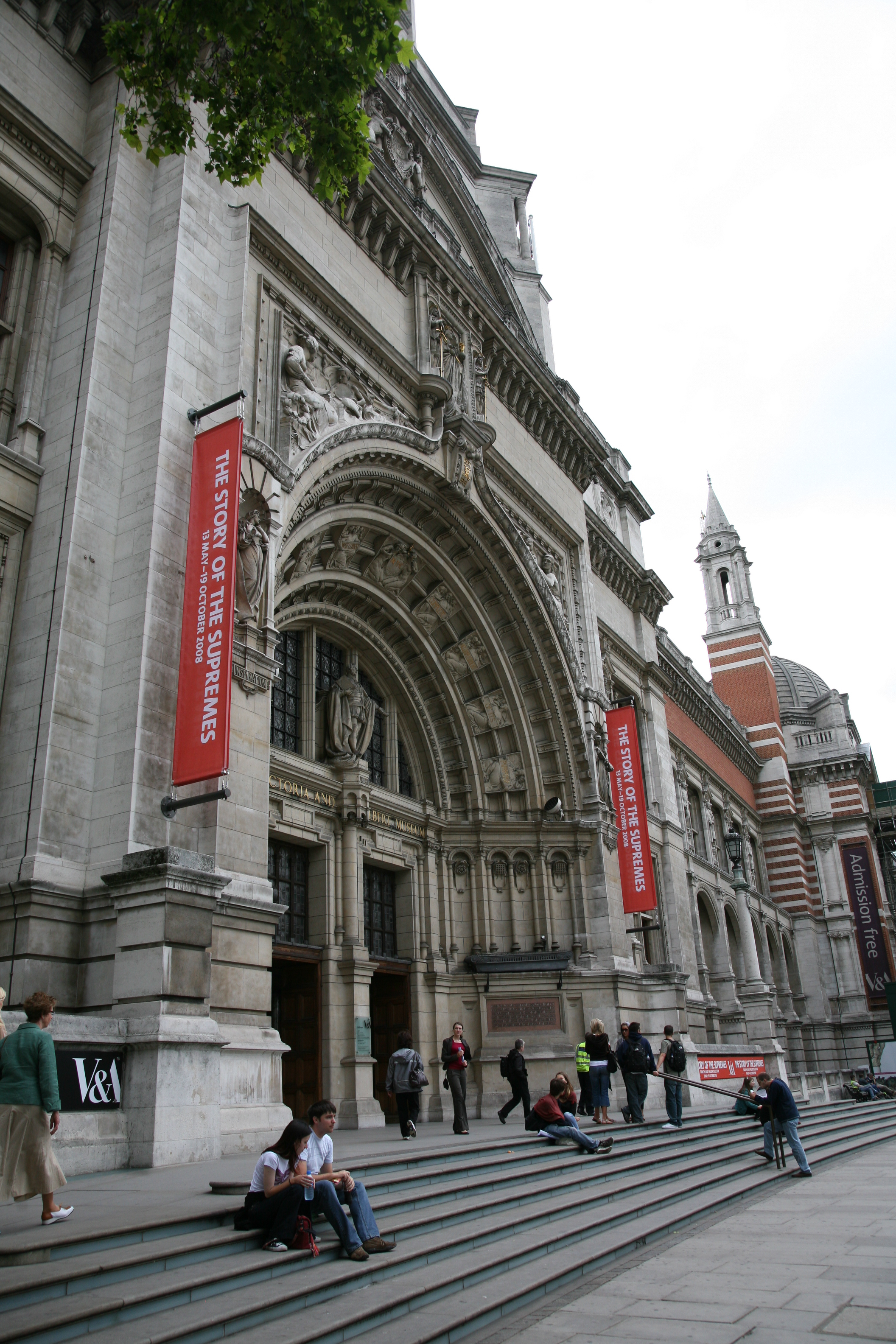 London-Victoria_and_Albert_Museum-Building-02